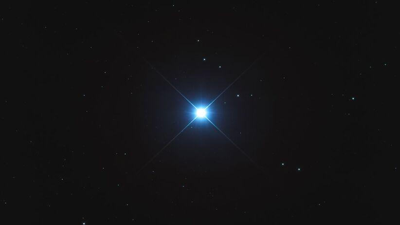 Psia Gwiazda to najjaśniejsza i jedna z najbliższych Słońcu gwiazd na niebie.