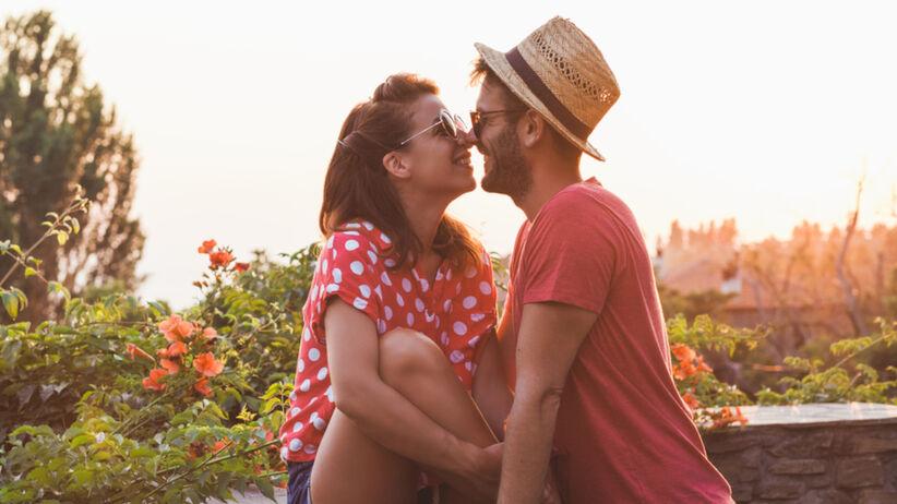 Para całuje się w lecie na balkonie