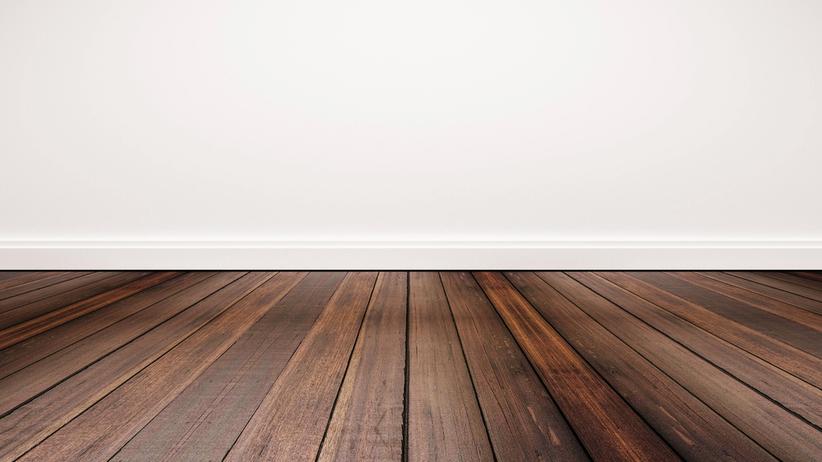 Drewniana podłoga i biała ściana