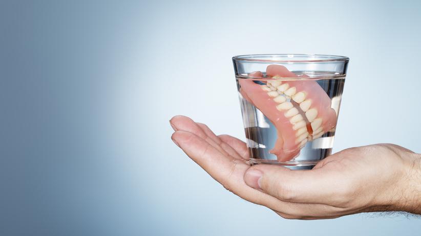 Szklanka z protezą