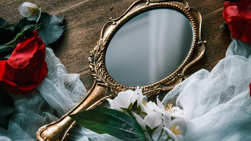 Zabytkowe lusterko w złotej oprawie