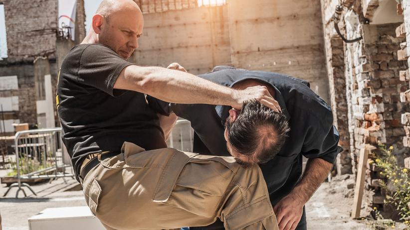 Dwóch bijących się mężczyzn
