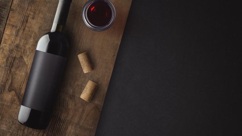Butelka wina na drewnianym stole