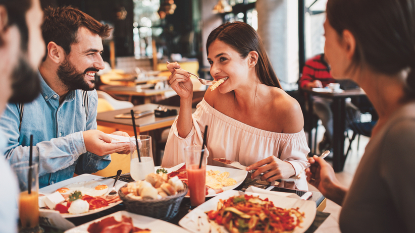 Przyjaciele jedzący śniadanie w restauracji