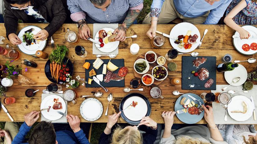 Grupa osób jedząca posiłek
