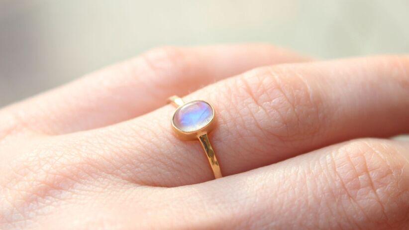 Kamień księżycowy często zdobi pierścionki zaręczynowe.