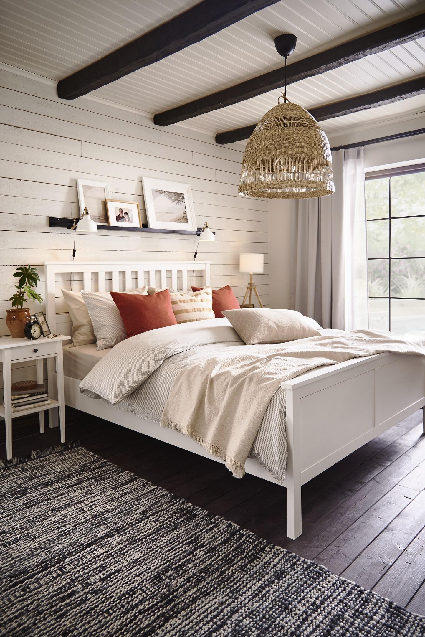biala-sypialnia-z-drewnem-na-scianie