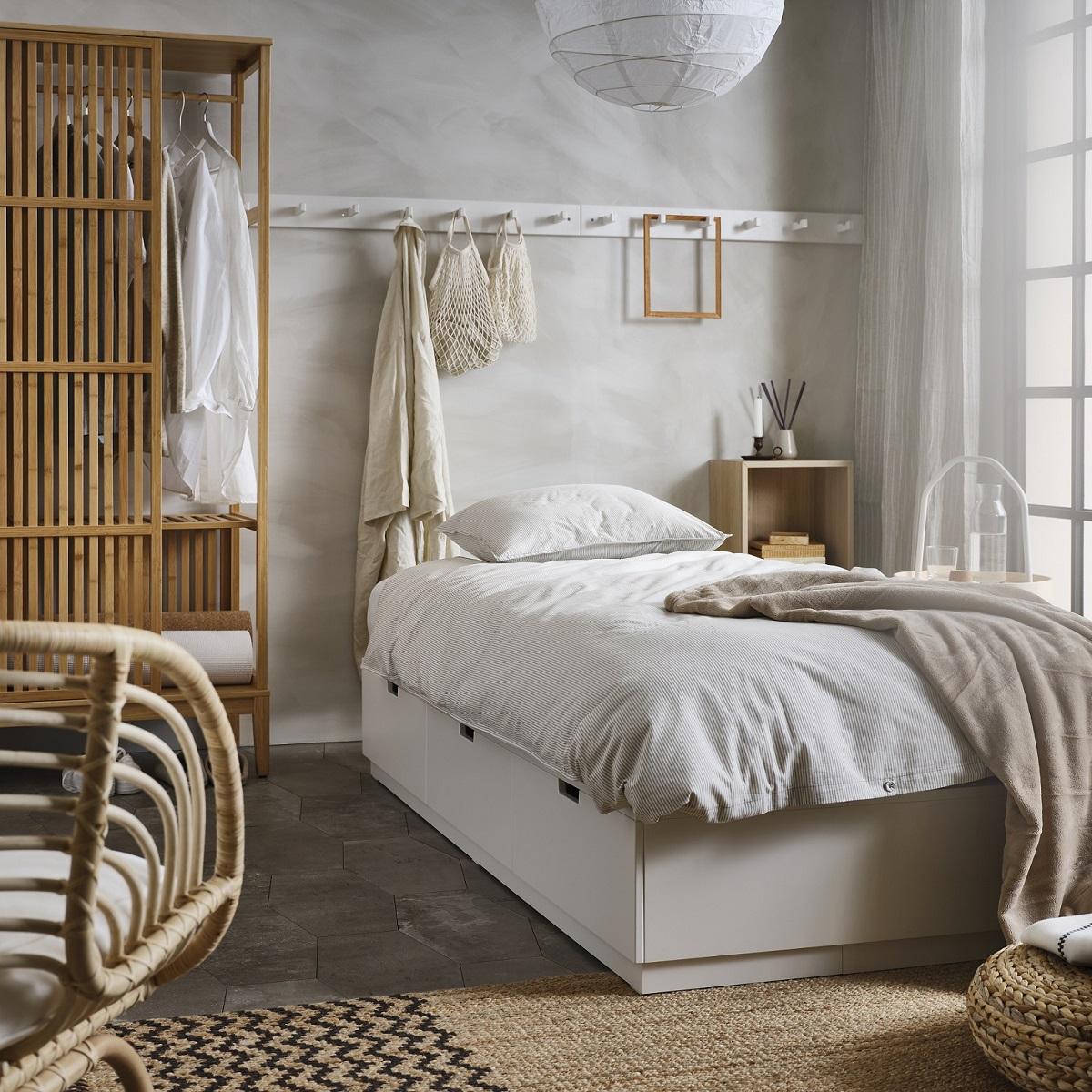 biala-sypialnia-z-drewnem