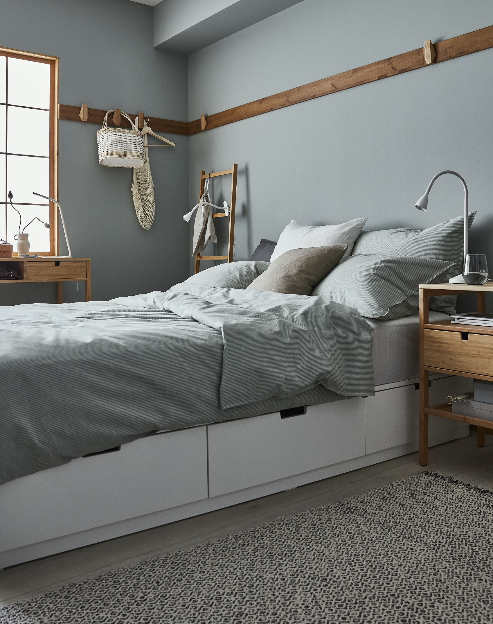 biala-sypialnia-z-drewnianymi-dodatkami