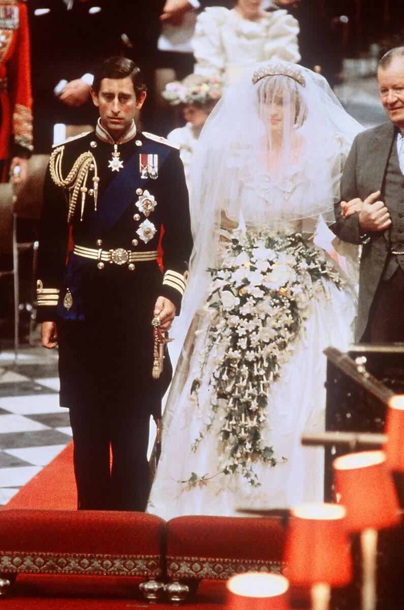 Księżna Diana i książę Karol w drodze do ołtarza podczas swojego ślubu