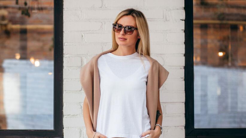 Elegancko ubrana kobieta w t-shircie i okularach przeciwsłonecznych