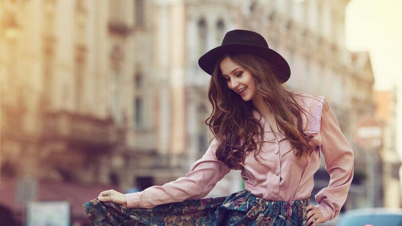 kobieta w modnej bluzce