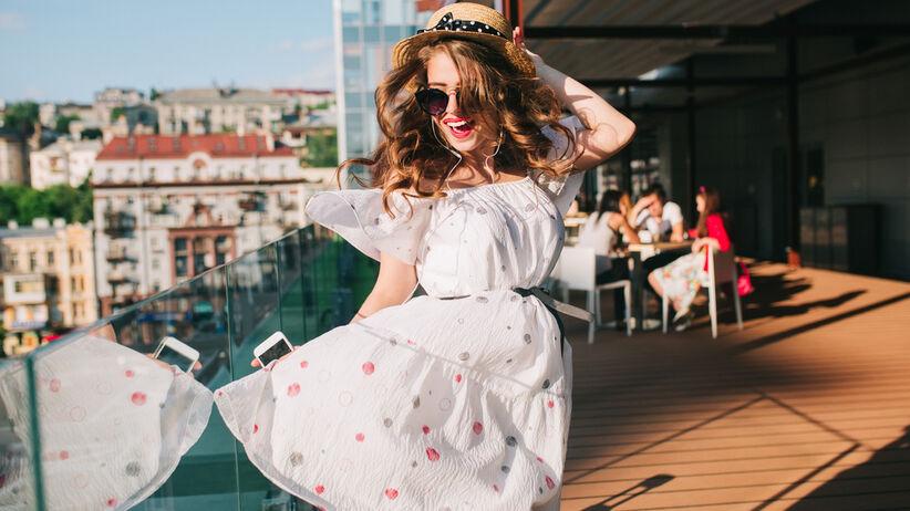 kobieta w modnej sukience