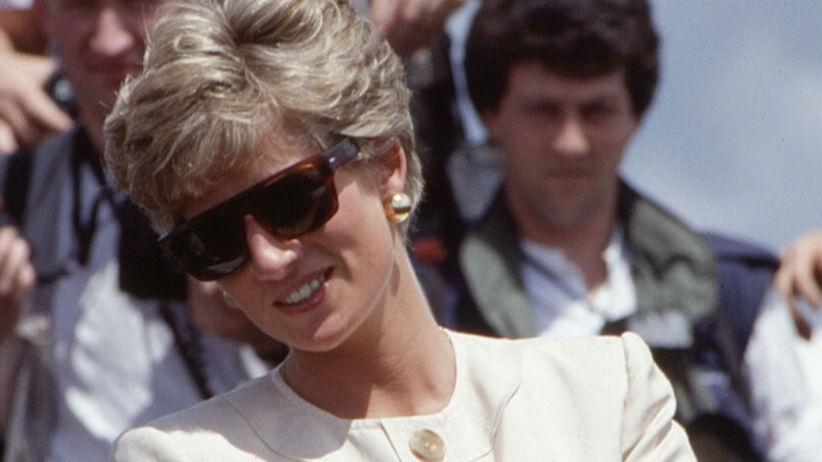 Księżna Diana w białym kostiumie i okularach przeciwsłonecznych