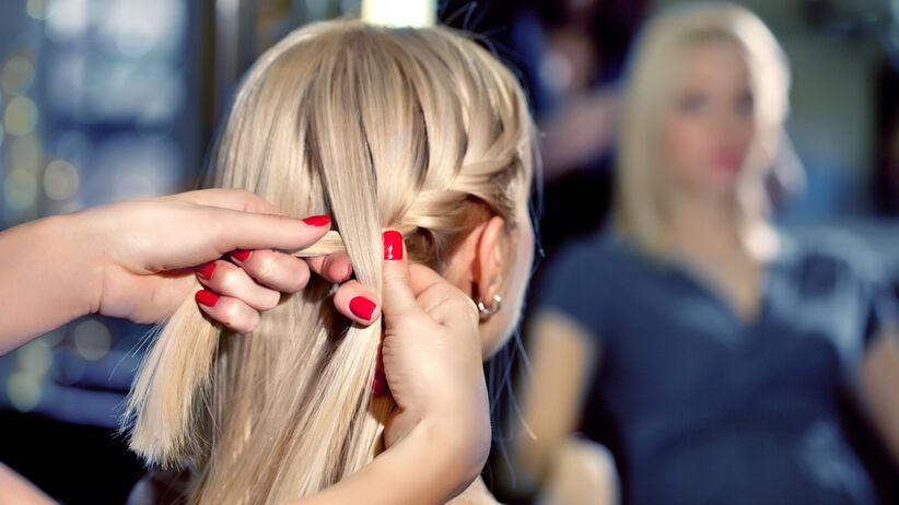 Fryzjer upina włosy dziewczynie
