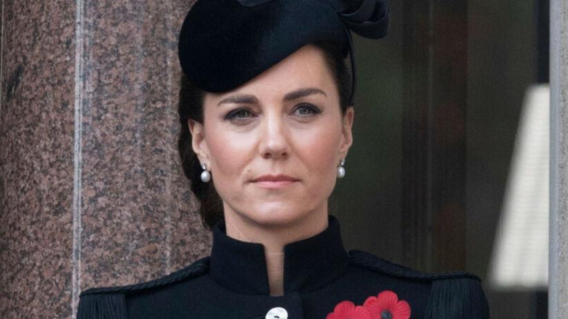 Księżna Kate w ciemnych włosach i w czarnym stroju na balkonie