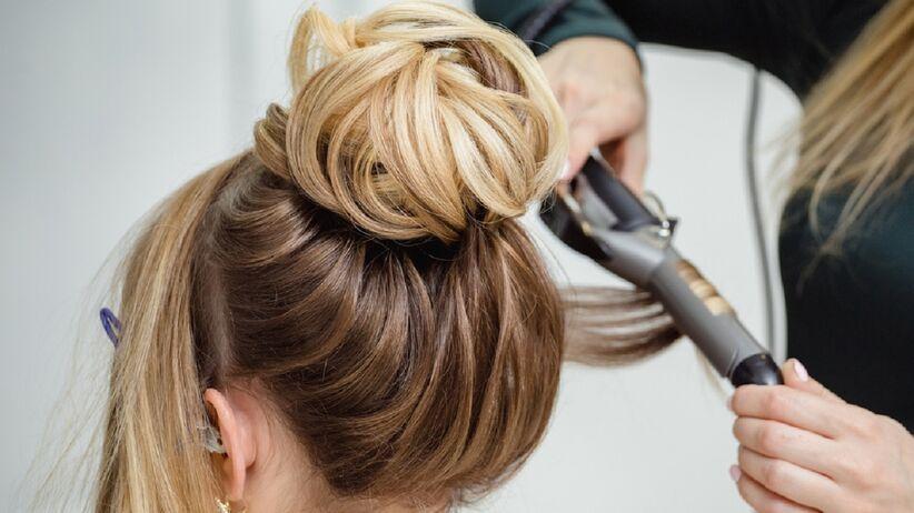 Modne fryzury 2021: proste upięcie włosów, które wykonasz w kilka minut