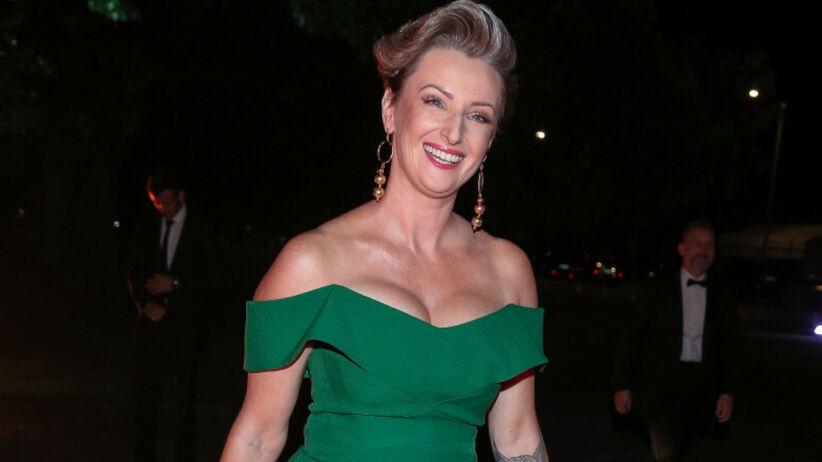 Ula Chincz uśmiechnięta w zielonej sukience na czerwonym dywanie