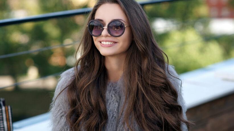 Piękna dziewczyna z włosami XXL w okularach przeciwsłonecznych