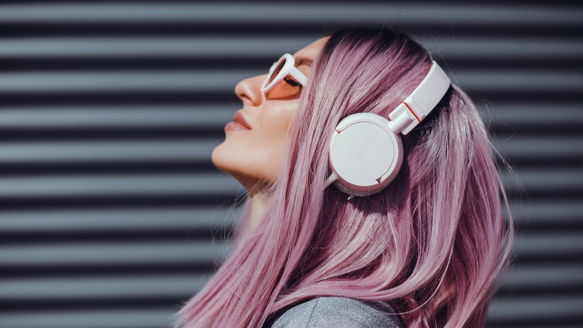 Dziewczyna z modną fryzurą na lato 2021 w kolorze purple hair, która jest hitem Instagrama