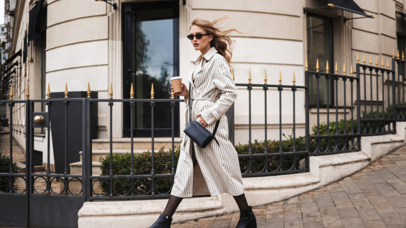 Młoda dziewczyna z włosami w kolorze honey blonde idzie ulicą