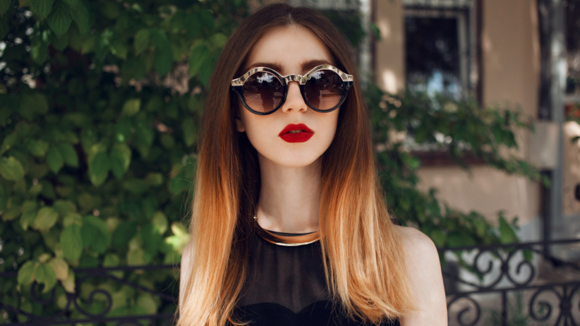 Młoda dziewczyna z modną koloryzacją contrast hair na głowie