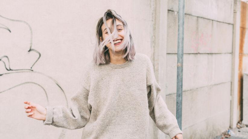 Młoda uśmiechnięta dziewczyny z siwymi włosami
