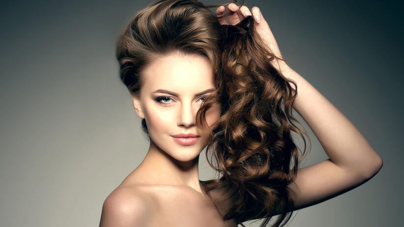 Piękna dziewczyna o bujnych, kręconych włosach