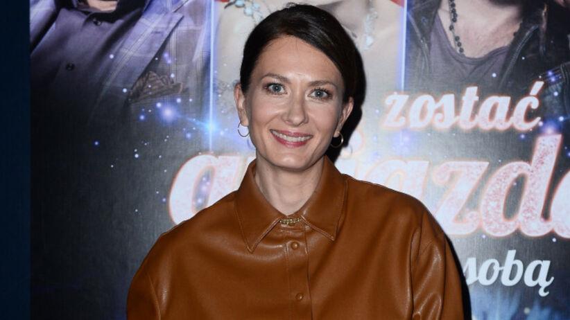 Anita Sokołowska w brązowej koszuli i białej spódnicy na premierze filmu