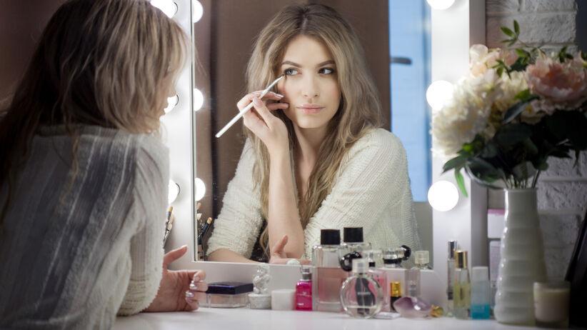 Floating eyeliner to nowy trend w makijażu. Jest zmysłowy i bardzo prosty do zrobienia