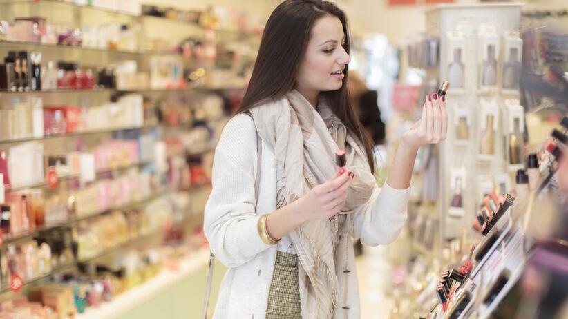 Kobieta kupuje kosmetyki w drogerii