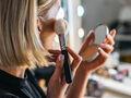 Młoda dziewczyna próbuje makijażem optycznie pomniejszyć czoło