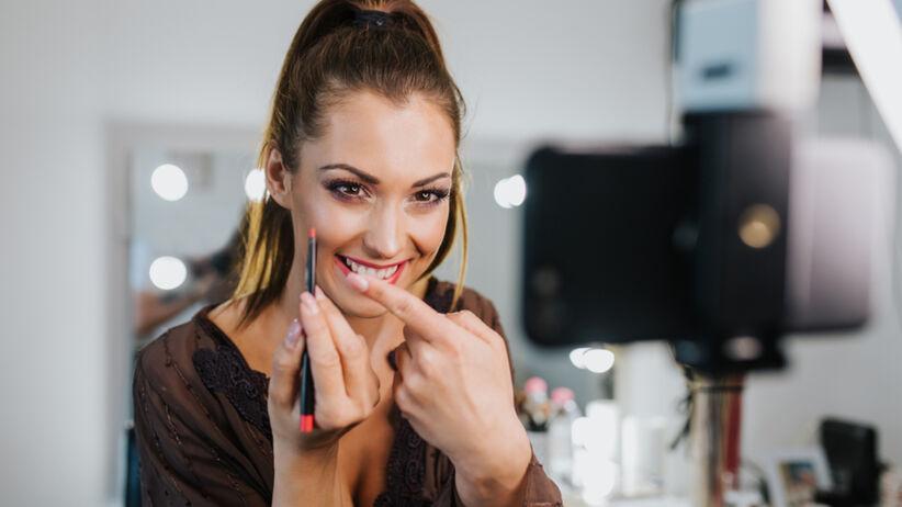 """Piękna kobieta robi makijaż w stylu """"Cloud Skin"""""""