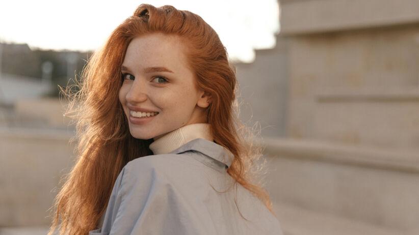 """Dziewczyna, która ma tzw. """"dzikie brwi"""", czyli najmodniejszą stylizację brwi 2021 roku"""