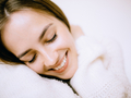 Dziewczyna z naturalnymi brwiami w stylu soap brows