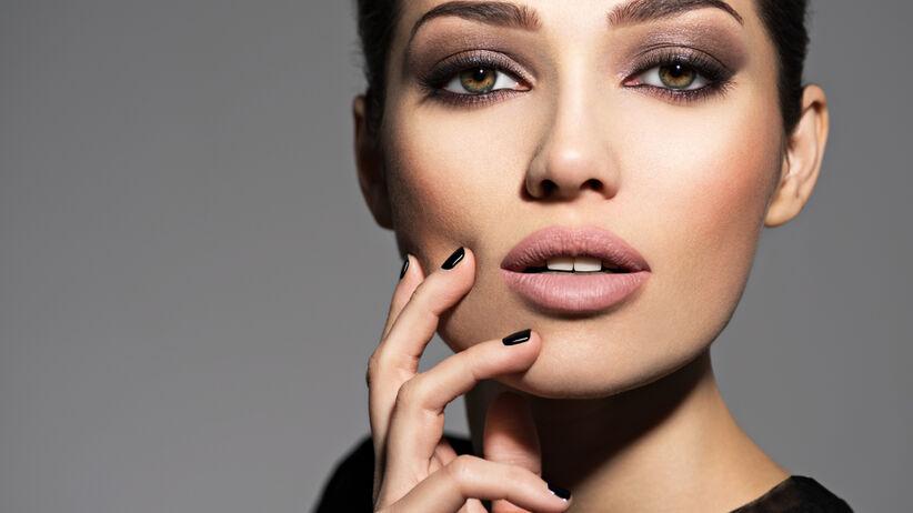 Piękna kobieta w makijażu przydymione oko