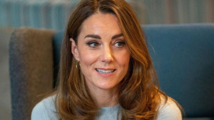 Księżna Kate w niebieskim sweterku podczas oficjalnej wizyty