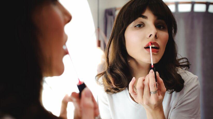 Trik z TikToka: jak przedłużyć trwałość szminki? Ten prosty sposób podbił serca kobiet