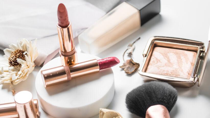 Różne kosmetyki do makijażu leżą na stole