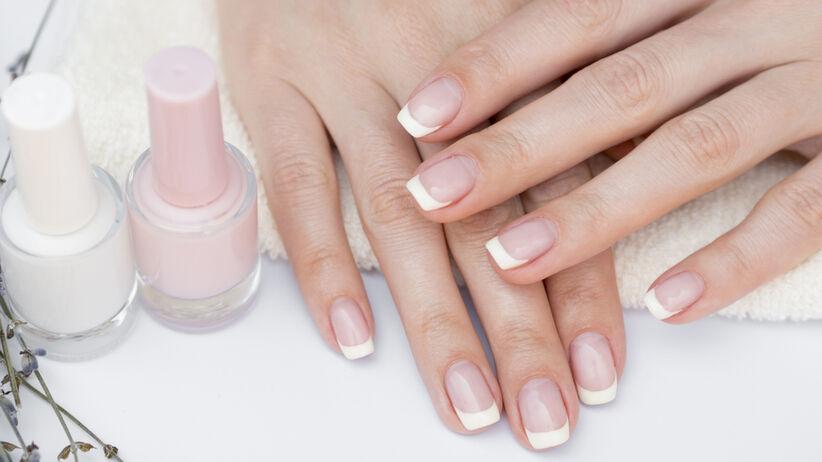 Dziewczyna robi manicure dłoni