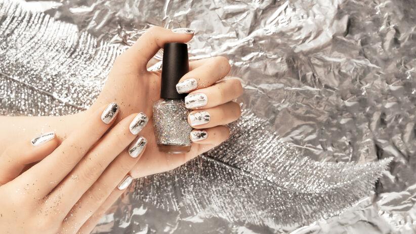 Modne szare paznokcie ze srebrnymi ozdobami w stylu art deco