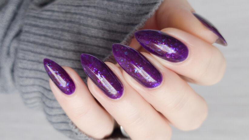 Fioletowe paznokcie z brokatem robione metodą glitter ombre nails