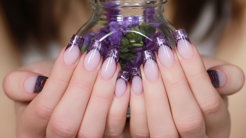Kobieta z metalicznymi paznokciami