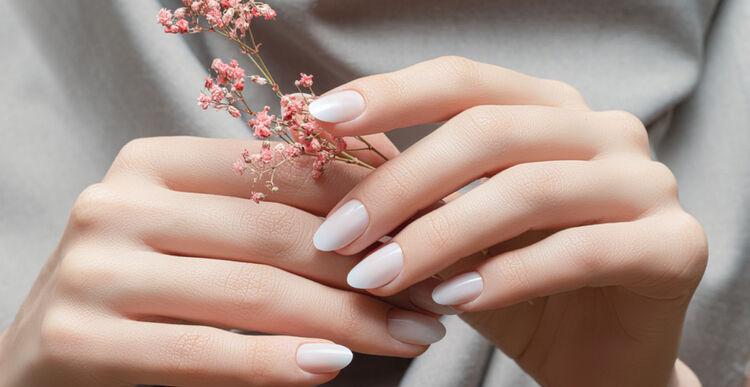 Piękne, zadbane, jasne paznokcie na damskich dłoniach