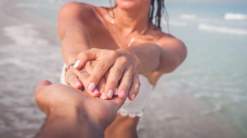Dziewczyna prezentuje ukochanemu facetowi swoje paznokcie