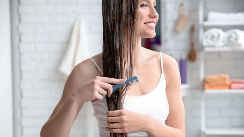 Dziewczyna pielęgnuje swoje włosy domową maską do włosów z babcinego przepisu