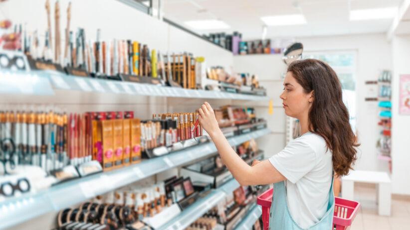 Kobieta robi zakupy w drogerii