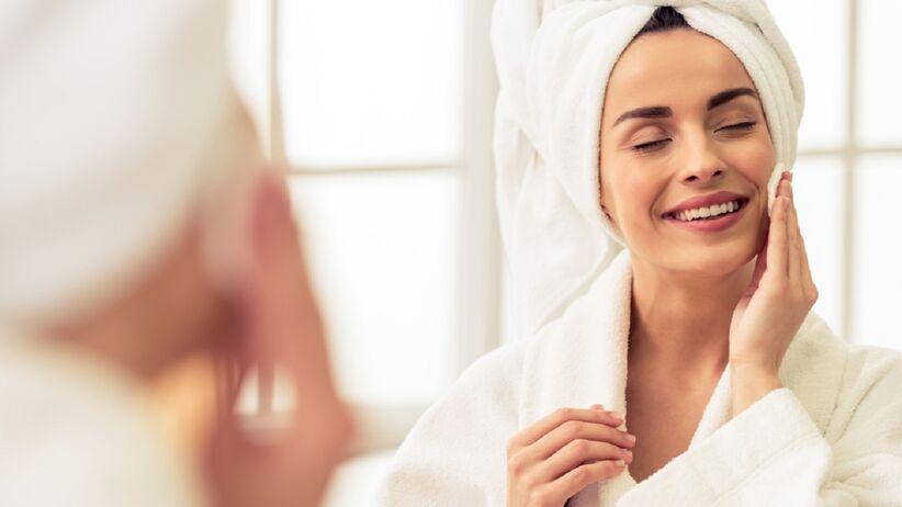Domowy sposób na opuchniętą twarz. Jak poradzić sobie z obrzękiem?