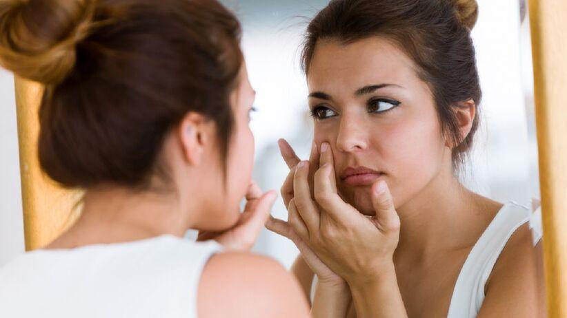 Ekspresowy sposób na zniwelowanie oznak zmęczenia pod oczami. Stosują go nawet gwiazdy