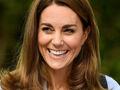 Księżna Kate w makijażu uśmiecha się szeroko